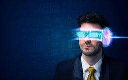 Homem do futuro com elevação - vidros do smartphone da tecnologia Imagens de Stock Royalty Free