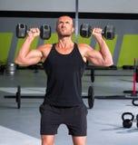 Homem do Gym com crossfit do exercício dos dumbbells Fotografia de Stock