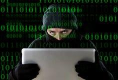 Homem do hacker no portátil de utilização preto do computador para a atividade criminal que corta a senha e a informação privada imagens de stock