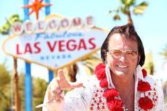 Homem do imitador de Elvis na frente do sinal de Las Vegas Imagem de Stock Royalty Free