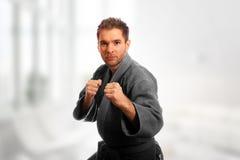 Homem do karaté em um quimono imagem de stock