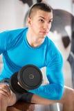 Homem do músculo com pesos Fotografia de Stock Royalty Free