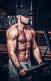 Homem do músculo no clube imagens de stock royalty free