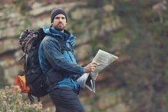 Homem do mapa da montanha imagens de stock royalty free