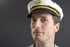 Homem do marinheiro com tampão branco Fotografia de Stock Royalty Free
