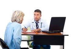 Homem do médico que explica à mulher sênior Fotografia de Stock