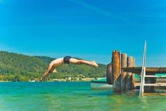 Homem do mergulho em um lago fotografia de stock