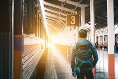 Homem do moderno que está na espera e no looki do estação de caminhos-de-ferro da plataforma Imagens de Stock