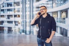 Homem do moderno que fala no telefone celular foto de stock