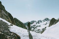 Homem do montanhista com alpinismo do machado de gelo foto de stock royalty free