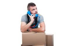 Homem do motor que fala no telefone com caixas ao redor Imagem de Stock Royalty Free