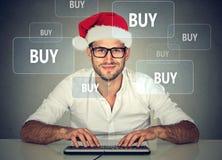 Homem do Natal no material de compra do chapéu vermelho de Papai Noel em linha Imagens de Stock