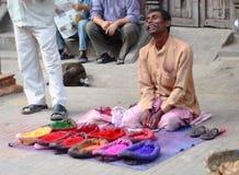 Homem do Nepali que vende o pó de face colorido fotografia de stock royalty free