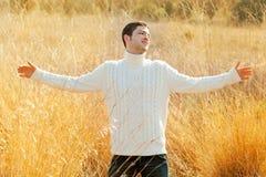 Homem do outono no campo dourado com camisola do turtleneck fotografia de stock royalty free