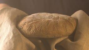 Homem do padeiro que guarda o naco de pão orgânico rústico nas mãos - padaria rural video estoque