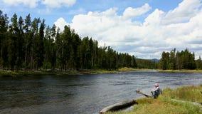 Homem do parque nacional de Yellowstone do rio de Firehole video estoque