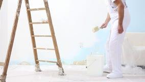 Homem do pintor no trabalho com escova, conceito da pintura de parede, fundo branco video estoque