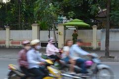 Homem do protetor e povos borrados em motocicletas Imagens de Stock Royalty Free