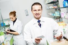 Homem do químico da farmácia na drograria imagem de stock