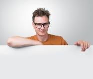 Homem do retrato que guarda o quadro de avisos branco Foto de Stock Royalty Free