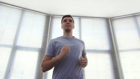 Homem do retrato sobre 30, em um simulador running, gym, mo lento filme