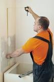 Homem do serviço da instalação da cozinha Fotografia de Stock Royalty Free