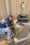 Homem do serviço do condicionador de ar Fotografia de Stock Royalty Free