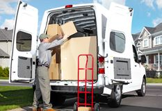 Homem do serviço postal da entrega. Imagens de Stock