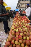 Homem do smiley com as maçãs no mercado de produto fresco de Bangalore, Índia Imagem de Stock
