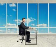 Homem do smiley no escritório Fotos de Stock
