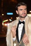 Homem do snobe no smoking dourado sparkly Imagens de Stock