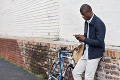 Homem do telefone da bicicleta Fotos de Stock