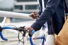 Homem do telefone da bicicleta Imagens de Stock Royalty Free