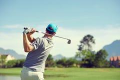 Homem do tiro de golfe Imagens de Stock