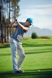 Homem do tiro de golfe Fotografia de Stock