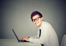 Homem do totó da tecnologia que trabalha em seu portátil foto de stock