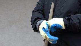 Homem do trabalhador da metragem que guarda uma pá e posto as luvas vídeo do hd 120 fps vídeos de arquivo
