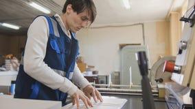 Homem do trabalhador na indústria de impressão de Polygraphy imagens de stock