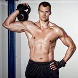 Homem do treinamento da aptidão do kettlebell de Crossfit Foto de Stock Royalty Free