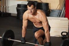 Homem do treinamento de Crossfit com barbell Imagem de Stock Royalty Free