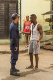 Homem do vendedor ambulante que fala ao agente da polícia Havana Fotografia de Stock Royalty Free