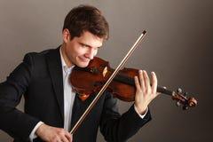 Homem do homem vestido elegantemente jogando o violino fotografia de stock royalty free