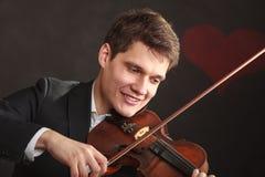 Homem do homem vestido elegantemente jogando o violino imagens de stock royalty free