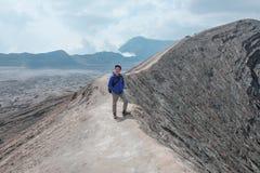 Homem do viajante e emanações do vulcão fotos de stock royalty free