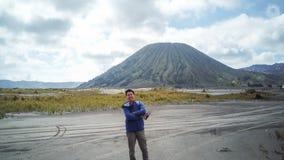 Homem do viajante e emanações do vulcão imagens de stock royalty free