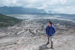 Homem do viajante e emanações do vulcão fotografia de stock royalty free