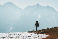 Homem do viajante que caminha no conceito da sobrevivência do curso do estilo de vida das montanhas foto de stock royalty free