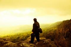 Homem do viajante que está a natureza bonita no drama da liberdade Imagem de Stock