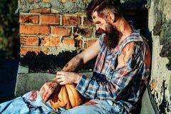 Homem do zombi com abóbora de Dia das Bruxas Fotografia de Stock Royalty Free