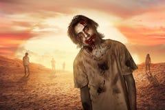 Homem do zombi que anda na sobremesa fotografia de stock